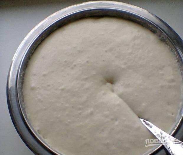 2.Через некоторое время тесто увеличивается в 2 раза, перемешиваем его и отставляем в сторону еще минут на десять.