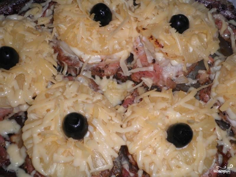 5. Отправить в духовку на 40 мин. при температуре 200 градусов. После посыпать тертым сыром. Каждый кусочек можно украсить оливками. Отправляем в духовку еще на 15 минут.