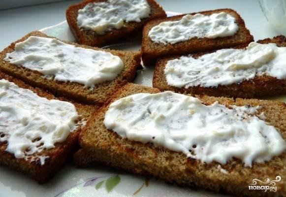 3. Хорошенько промазываем чесночно-майонезной смесью каждый остывший ломтик хлеба.