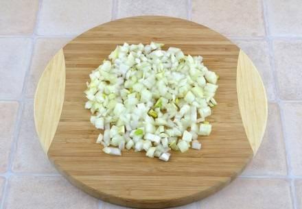 1. Рецепт приготовления мясного пирога из лаваша довольно прост. Для начала необходимо заняться начинкой. Луковицу очистить и нарезать маленькими кубиками.