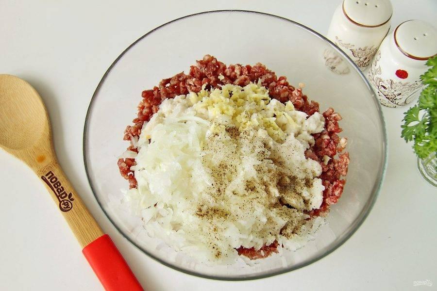 Добавьте замоченный батон вместе с молоком, натертый на крупной терке или измельченный блендером лук, пропущенный через пресс чеснок, соль и перец по вкусу.