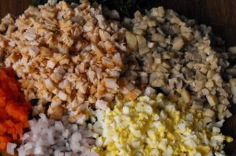 1. Куриное филе, морковь и яйца отвариваем. По отдельности, разумеется. Курицу, кстати, можно и поджарить.