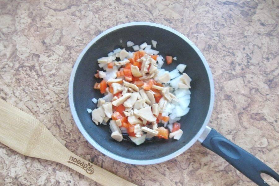 Шампиньоны мелко нарежьте и также выложите в сковороду. У меня были консервированные грибы.