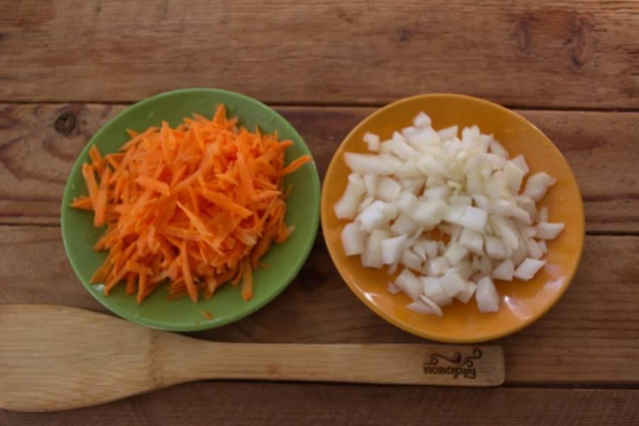 Репчатый лук и морковку измельчите так, как нравится вам. Я морковь натерла на терке, а  лук просто нарезала небольшими кусочками.