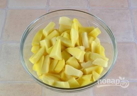 Картофель промойте, почистите и нарежьте брусочками.