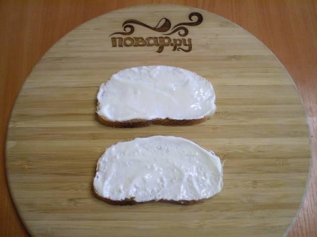 4. Собираем бутерброды. Хлеб смазываем сметаной. Можно использовать майонез или творожный сыр.