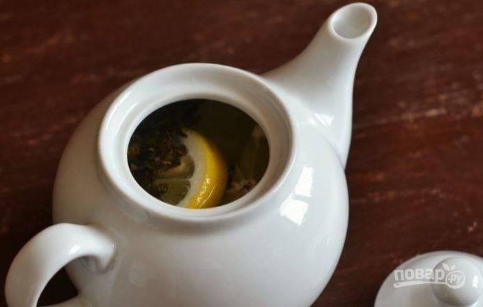 Поместите все ингредиенты в чайник для заваривания и залейте все крутым кипятком. Затем накройте чайник крышкой и дайте чаю настояться в течение пяти минут. Приятного чаепития!