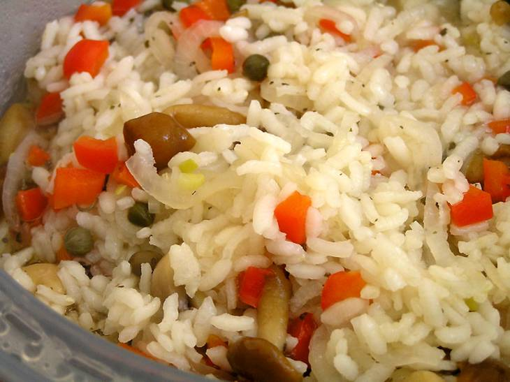 Туда же добавляем остальные овощи и бульон. Все перемешиваем и ставим на режим Chef Program. Ждем до готовности.