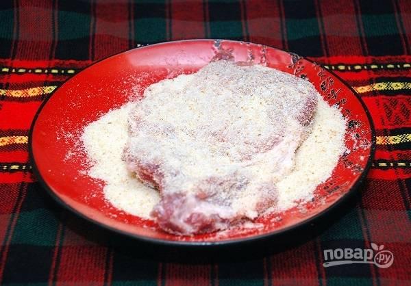 4. Окуните каждый кусочек в яйцо, затем — в сухари и повторите процесс еще раз.