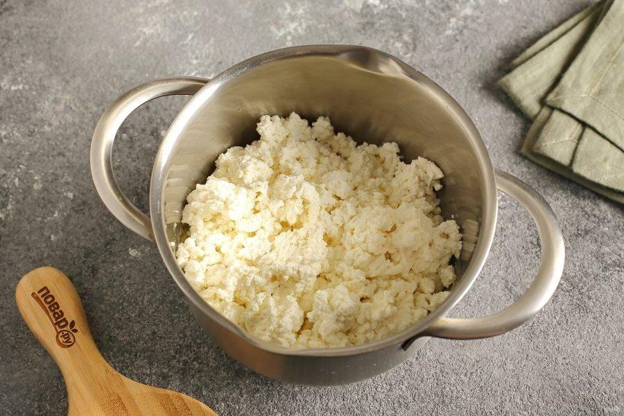 Добавьте пастообразный творог. Для этого его предварительно пропустите через мясорубку или измельчите блендером.