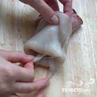 1.Хорошо промываем тушки кальмаров. Затем удаляем из них хорду и внутренности.