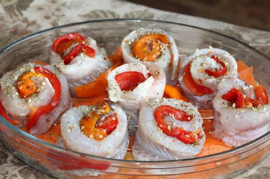 11. Выложите на овощи рулетики и отправьте в разогретую до 200 градусов духовку.