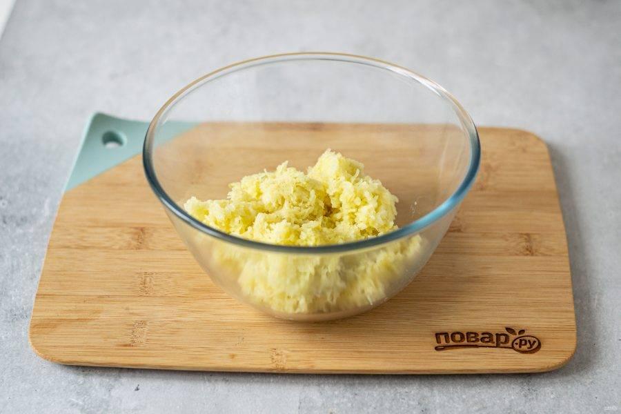 Картофель очистите от кожуры, натрите на мелкой терке.