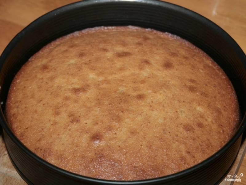Достаем банановый пирог. Посыпаем его слоем сахарной пудры, ждем когда он остынет и затем достаем его из форму, нарезаем и подаем к столу. Приятного аппетита!