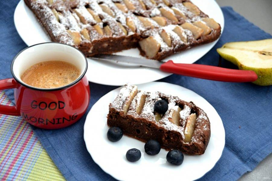 Подавайте шарлотку с чаем, с кофе, её вкус очень хорошо сочетается с шариком мороженого. Это очень вкусно, уверяю!