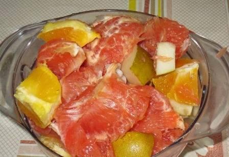 Очистим грейпфрут и апельсин от кожуры, у груши удалим сердцевину. Разделим фрукты на небольшие кусочки.