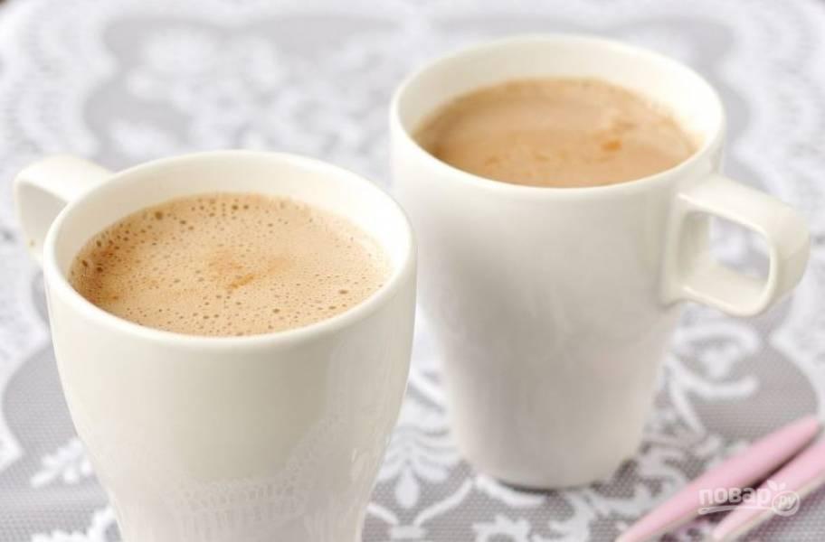 Разлейте какао по чашкам, пока оно горячее. Украсьте его по желанию палочками корицы и подавайте к столу.