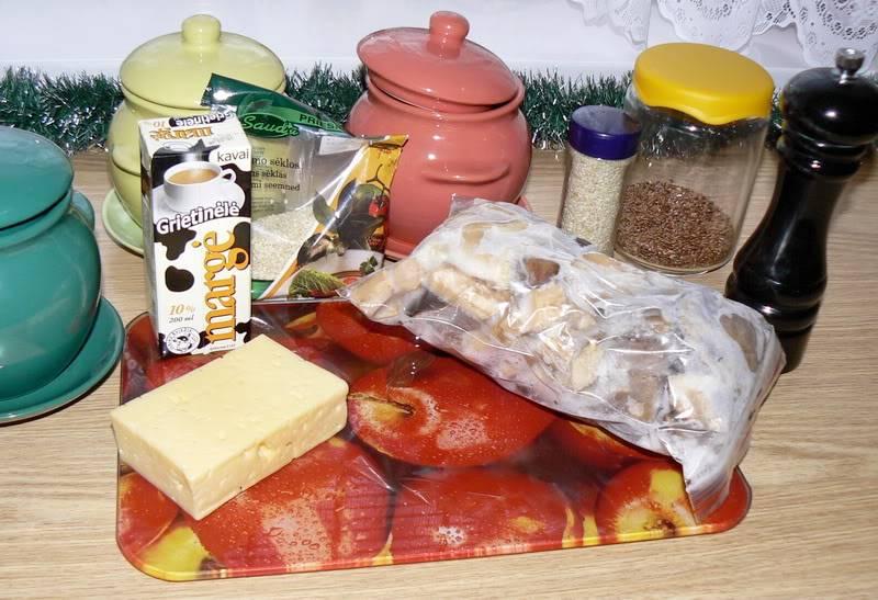 Подготавливаем все необходимые ингредиенты, чтобы они были у нас под рукой. Я использовала здесь замороженные грибы, но со свежими, конечно, получится еще вкуснее.