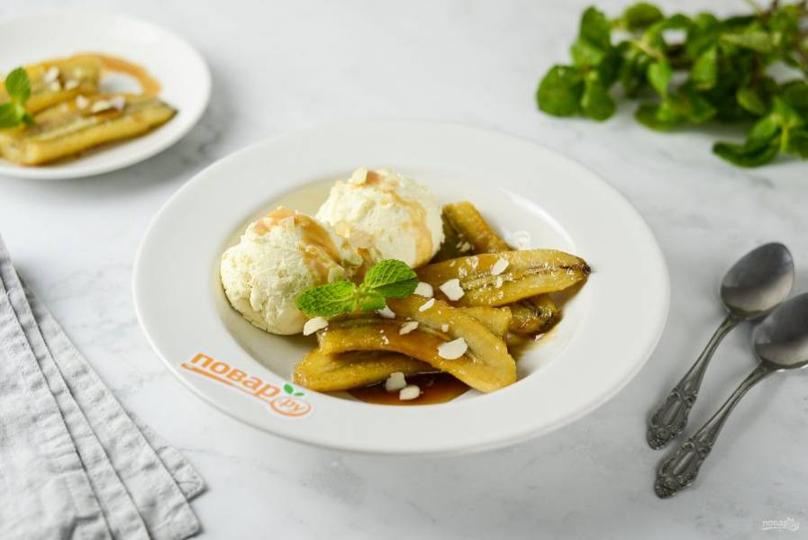Полейте жареные бананы соусом, подавайте с орешками и мороженым. Приятного вам аппетита!