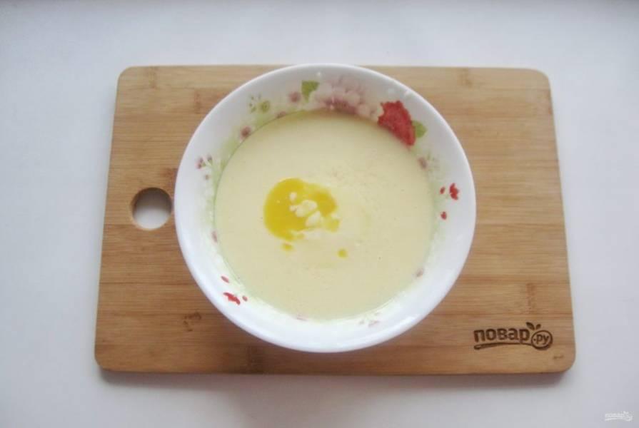 Перемешайте яйцо, сахар, простоквашу и соду. Добавьте растопленное сливочное масло.