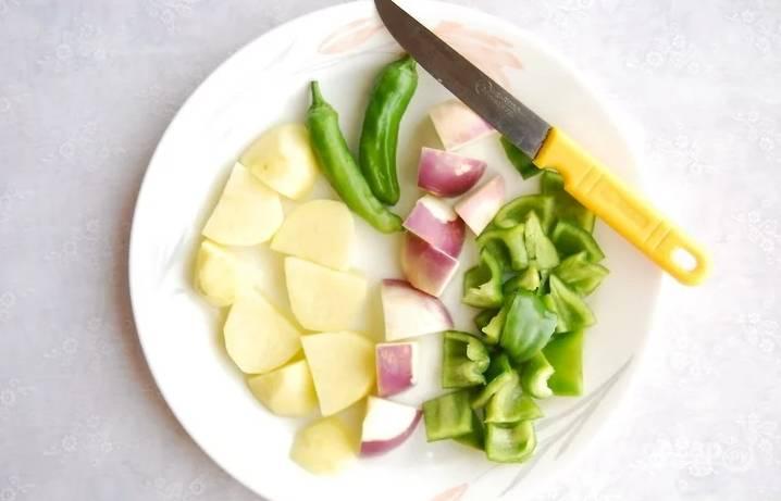 Порежьте некрупно все овощи, которые будете использовать. Можно брать замороженные.