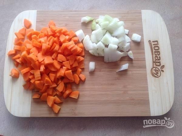 1. Очистим лук и морковь, нарежем. Качество нарезки нам не важно, ведь суп будет пюрироваться.