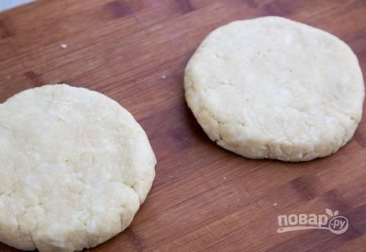 4. Готовое тесто разделите пополам, упакуйте каждую часть в пищевую пленку и уберите в холодильник минимум на 1 час.