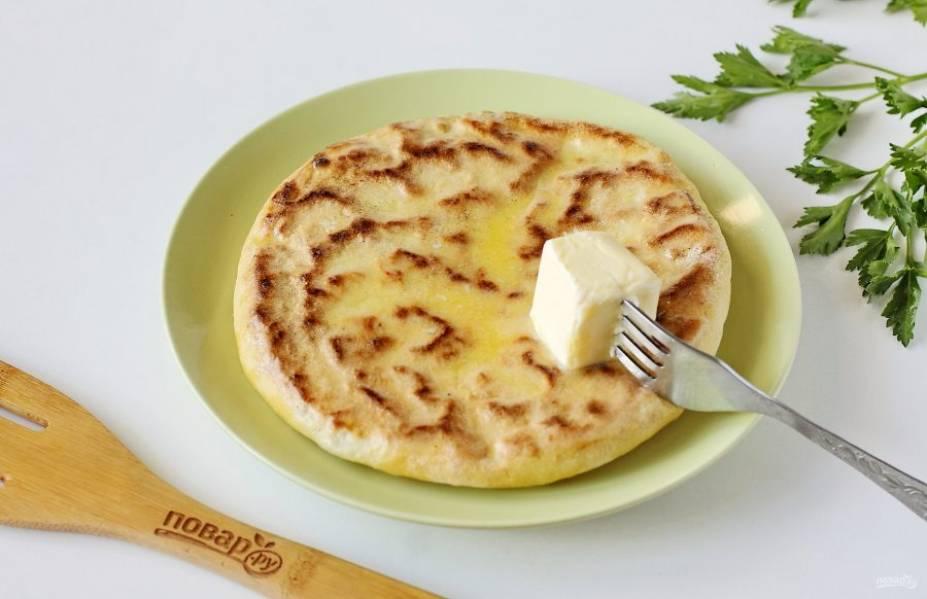 Готовые лепешки переложите на тарелку и смажьте кусочком сливочного масла.