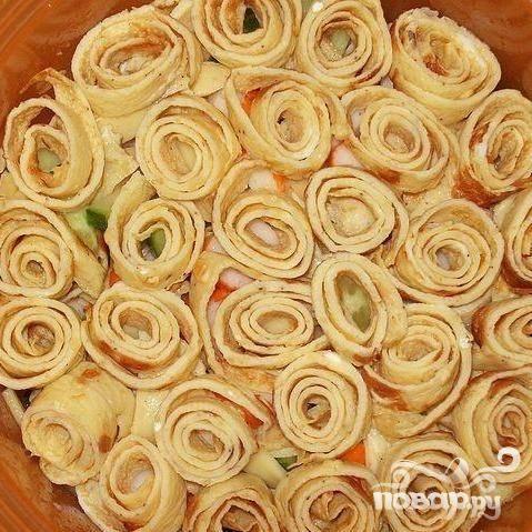 5.Салат заправляем майонезом, по вкусу солим и перчим, а сверху красиво укладываем нарезанный порциями омлет.