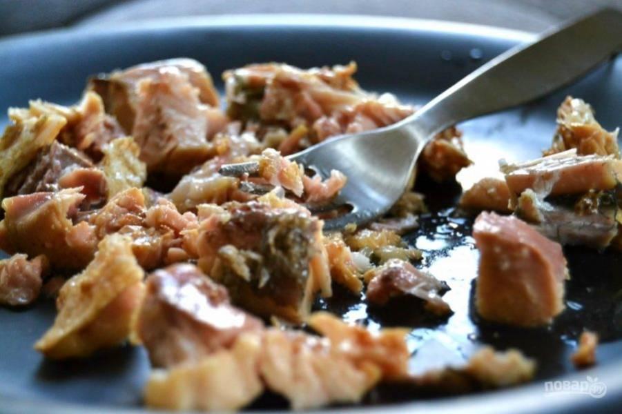 1.Разомните консервированные кусочки рыбы с помощью вилки.