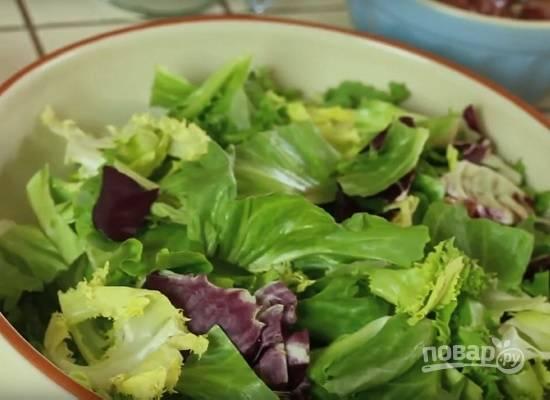 """Помоем и обсушим листья салата. Если у вас салат типа """"Айсберг"""" порвите листья на кусочки."""