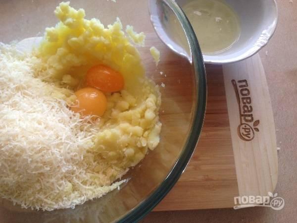 6. Добавим желтки, мелко натертый твердый сыр, соль, перец. Перемешиваем.