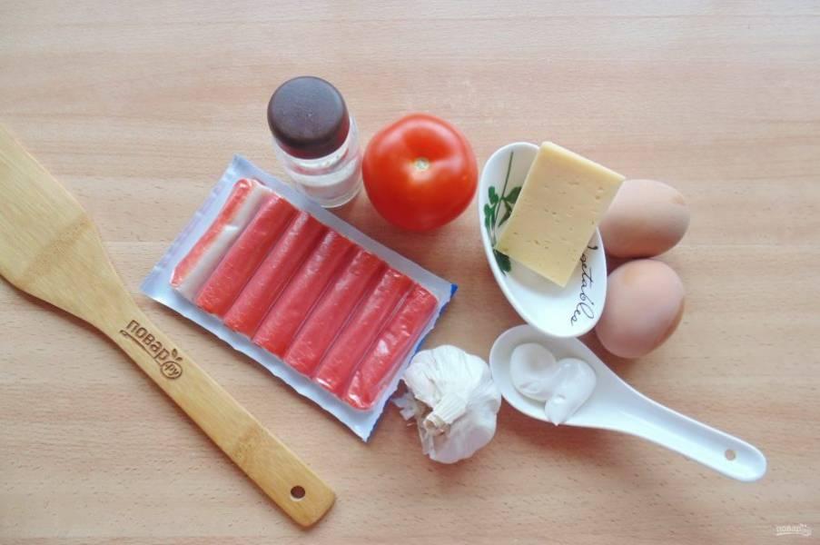 Подготовьте ингредиенты для приготовления салата с крабовыми палочками.
