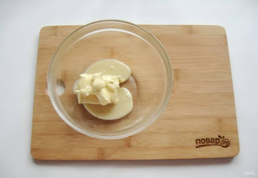 Приготовьте крем. В миску выложите мягкое сливочное масло и сгущенное молоко.
