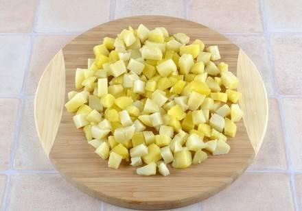 3. А когда картофель уже остынет - режем его кубиками и отправим к луку и огурцам