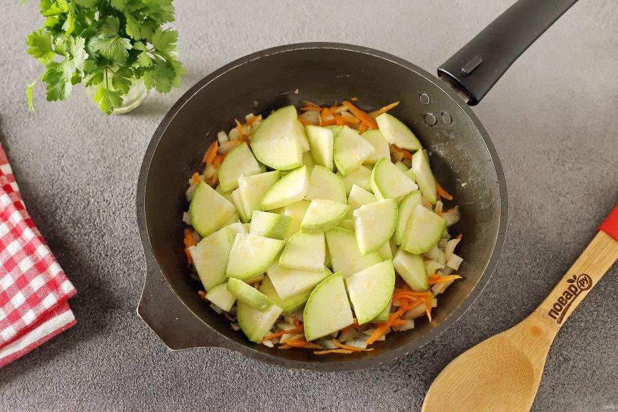 Кабачок нарежьте кружочками, а затем каждый кружок разрежьте еще на 2 или 4 части в зависимости от размера. Добавьте кабачок в сковороду и готовьте все вместе еще около 5 минут.