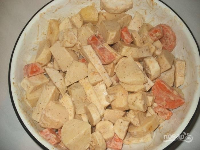 Хорошенько перемешиваем овощи и добавляем к ним кусочки курицы. Греем духовку до 200 градусов, противень смазываем растительным маслом и кладем мясо с овощами.