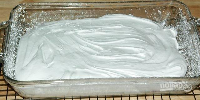 6. Пока смесь не застыла, быстро отправьте ее в формочку и дайте ей полностью остыть и приобрести форму. Отставьте зефир на ночь.