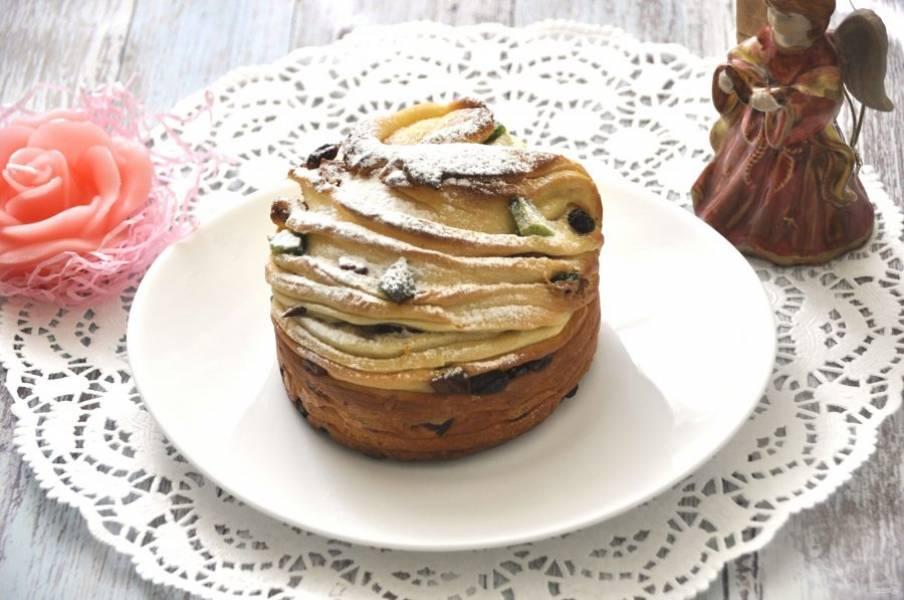 Полностью остывший кулич-краффин посыпьте сахарной пудрой и радуйте своих родных вкусной и красивой выпечкой. Светлого праздника!