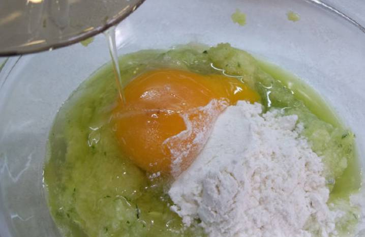 Кабачок промываем, обрезаем шкурку и измельчаем мякоть в блендере. Добавьте муку, соль и яйцо.