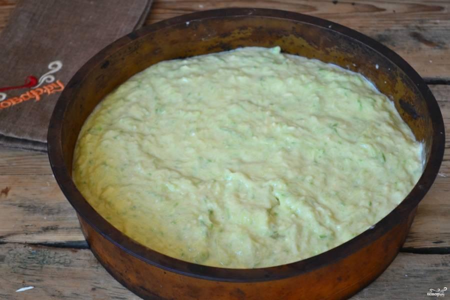 Хорошенько все перемешайте. Дно и стенки формы для запекания диаметром примерно 25 см смажьте подсолнечным маслом. Выложите кабачковое тесто в форму и разровняйте. Запекайте пирог в духовке, разогретой до 180 градусов, 50-60 минут. Форму ставьте повыше, чтобы пирог успел пропечься и низ не сгорел.