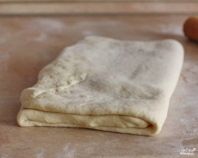 1.Готовое слоеное тесто размораживаем при комнатной температуре, после чего раскатываем его и оставляем в сторону. Изюм промываем и замачиваем на 15-20 минут в кипятке.