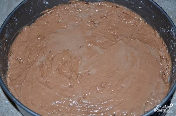4. Выложите в неё тесто, разровняйте его и отправьте в духовку.