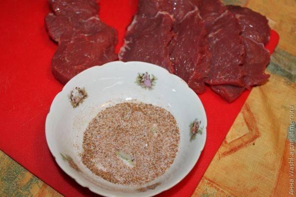 Смешиваем соль и перец. Можно использовать смесь перцев, можно добавить сухие травы.