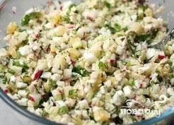 8. Смешиваем все подготовленные ингредиенты в миске, солим.