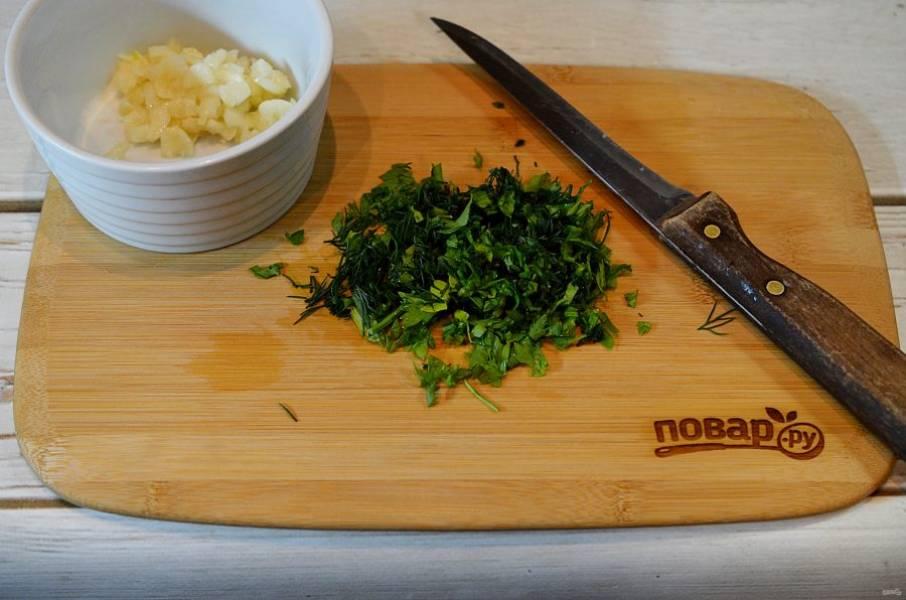 4. Всю зелень нарежьте и добавьте к чесноку.