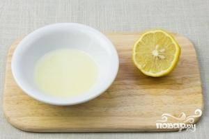 Выжимаем сок целого лимона.