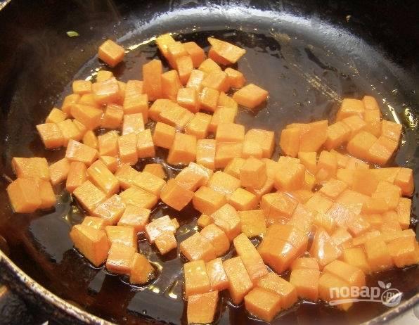 Сварите куриный бульон. Нам он понадобится в размере 1 литра. Морковь очистите и нарежьте кубиками. Обжарьте её на разогретой сковородке с 1 столовой ложкой растительного масла. Обжариваем до золотистого оттенка.
