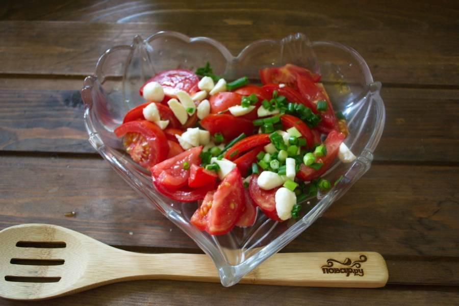 Измельчите зелень. Смешайте помидоры, половики моцареллы и зелень.