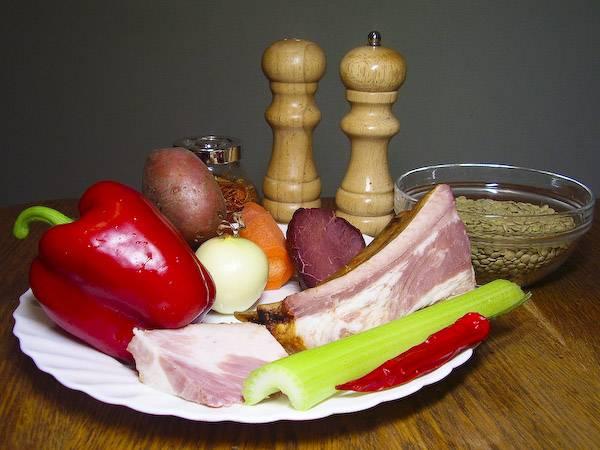 1. Подготовим ингредиенты. Все овощи тщательно вымоем, а горох с чечевицей замачиваем на несколько минут в воде.